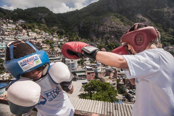 Dois alunos do Instituto Todos na Luta treinam em uma laje.
