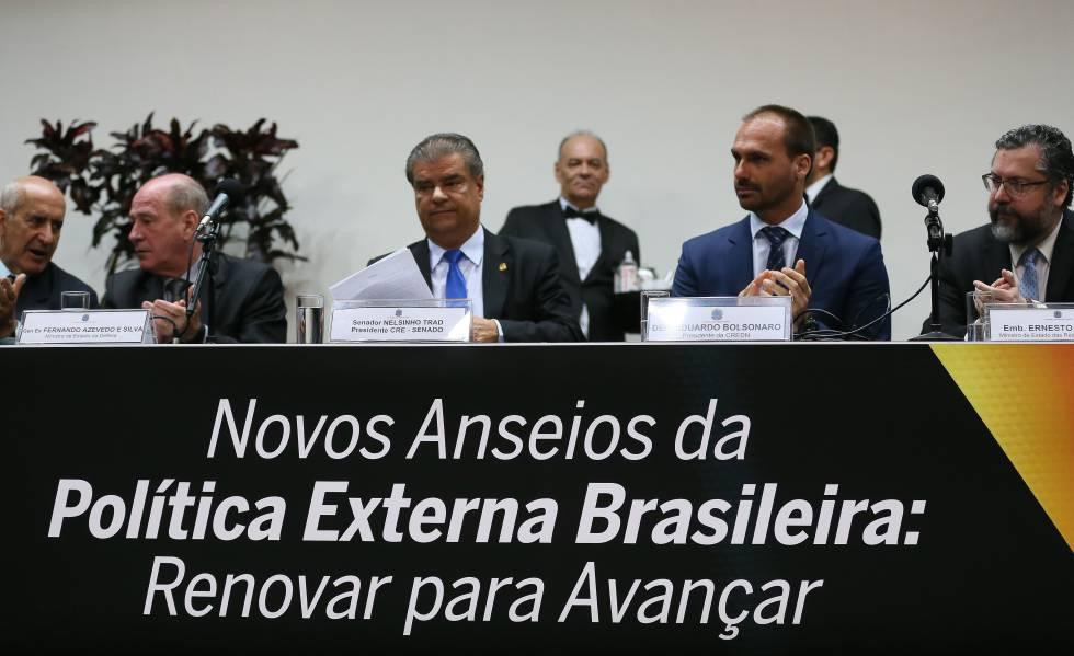 Seminário internacional sobre política externa brasileira, nesta quinta-feira, em Brasília com a presença do chanceler Ernesto Araújo (D) e do deputado Eduardo Bolsonaro (PSL-SP), entre outros.
