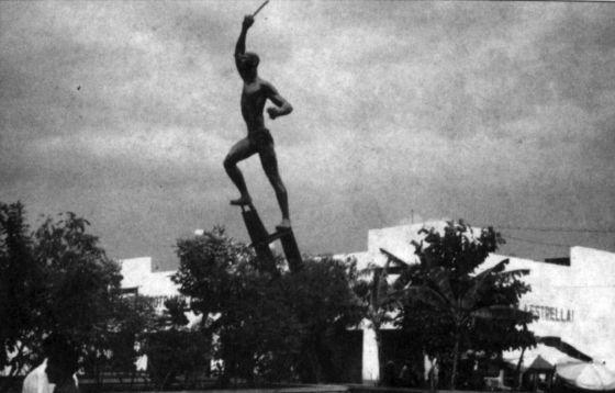Antiga estação de trem de Ciénaga. O monumento de Rodrigo Arenas Betancourt rememora o massacre de trabalhadores dos bananais, tema de 'A Casa Grande' e um dos episódios cruciais de 'Cem Anos de Solidão'.