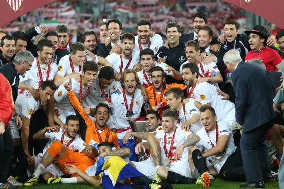 Os jogadores do Sevilla comemoram o título.