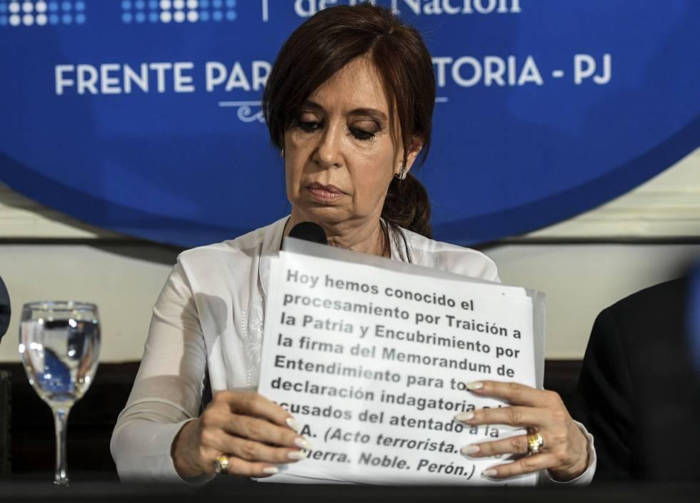 A ex-presidenta Cristina Kirchner durante coletiva de imprensa no Senado argentino.