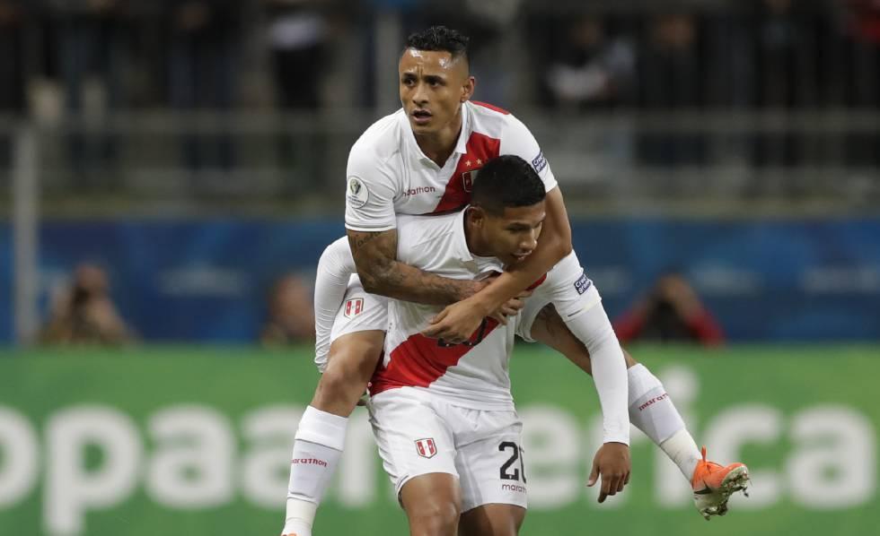 Flores e Yotún comemoram o gol peruano.