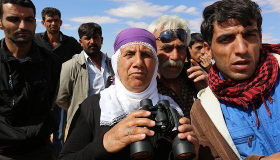 Cidadãos curdos ao leste da cidade de Kobane (Síria).