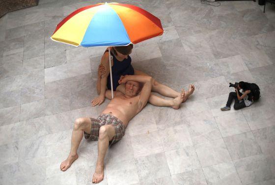 'Casal sob o Guarda-Sol', obra de Ron Mueck