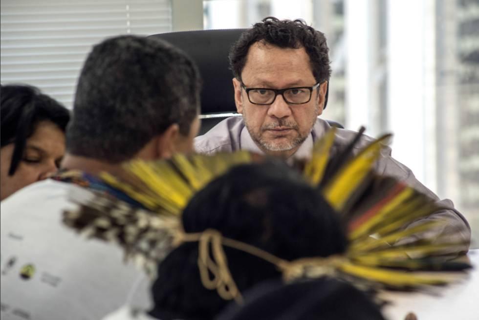 O presidente da Funai se reúne com a Articulação dos Povos Indígenas do Brasil (APIB), em julho de 2015.