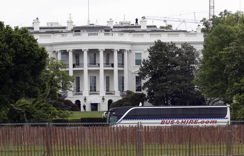 Ônibus chega com senadores à Casa Branca, nesta quarta-feria, para uma reunião extraordinária sobre a Coreia do Norte.
