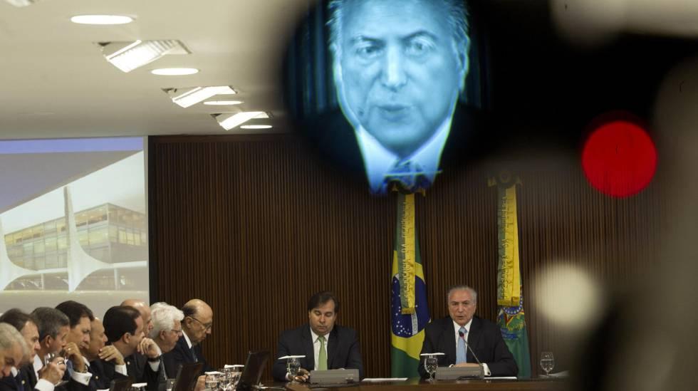 Temer em reunião com deputados. Nove ministros são investigados.