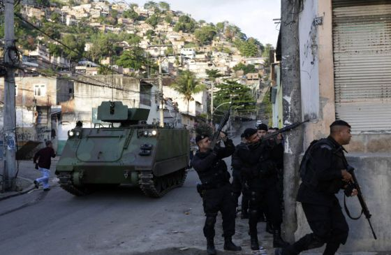 Batalhão de Choque na favela Árvore Seca, no Rio.