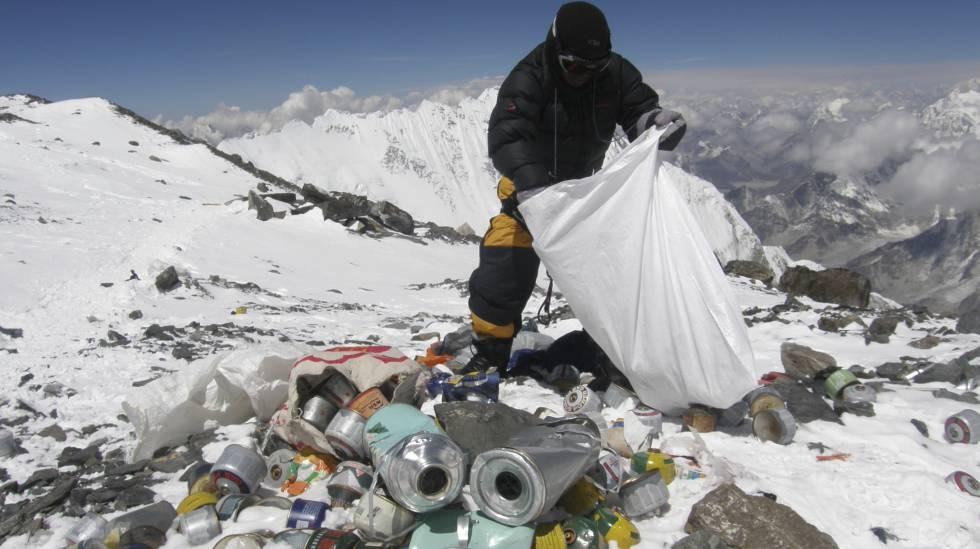 homem recolhe lixo do Everest em 2010