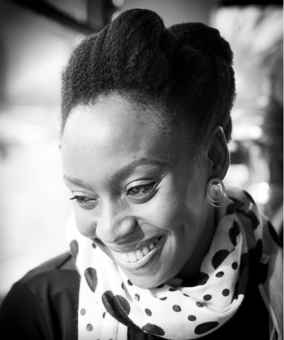 Chimamanda Ngozi Adichie, antes da entrevista em um café em Columbia.