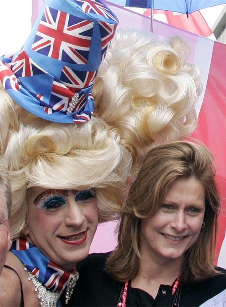 El primer ministro británico, Gordon Brown, y su mujer, Sarah, han recibido hoy en el 10 de Downing Street a representantes de asociaciones por los derechos de homosexuales y transexuales, quienes celebraban hoy la marcha del orgullo gay en Londres. Acabada la 'recepción', la primera dama ha abandonado la residencia oficial para sumarse a la marcha-manifestación, que ha encabezado a su paso por la céntrica y comercial Oxford Street.