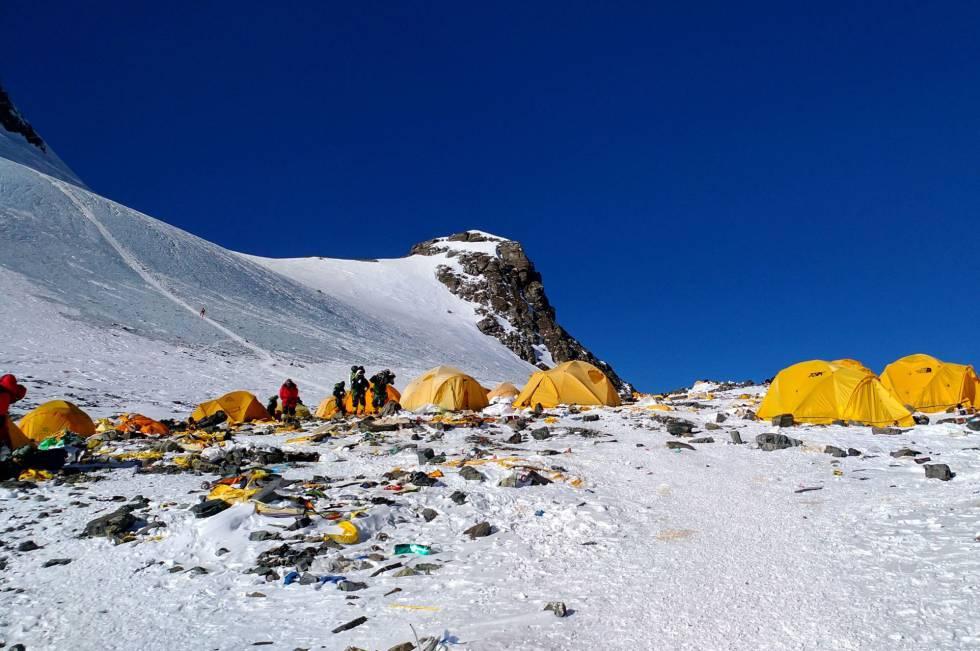 Esta imagem mostra o lixo gerado no campo 4 do Everest, no último dia 21 de maio.