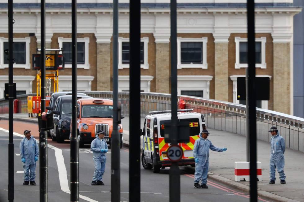 As forças de segurança recolhem provas no lugar do ataque.