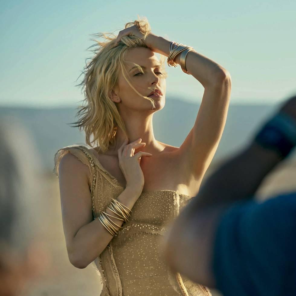 Theron no filme 'Dior J'adore – The Absolute Femininity', dirigido por Jean Baptiste Mondino.