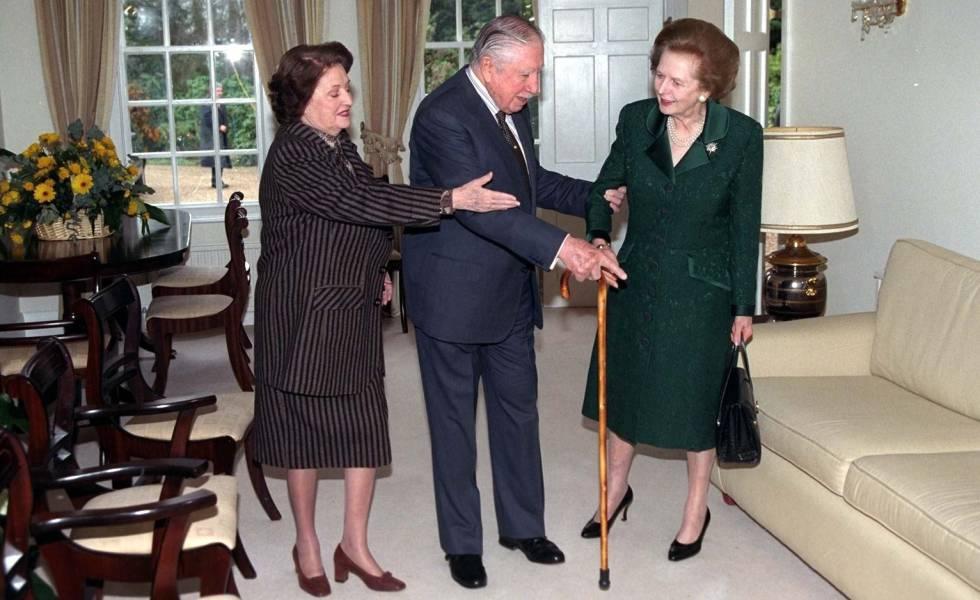 A ex-primeira-ministra britânica Margaret Thatcher visita Pinochet em sua prisão domiciliar (1999).