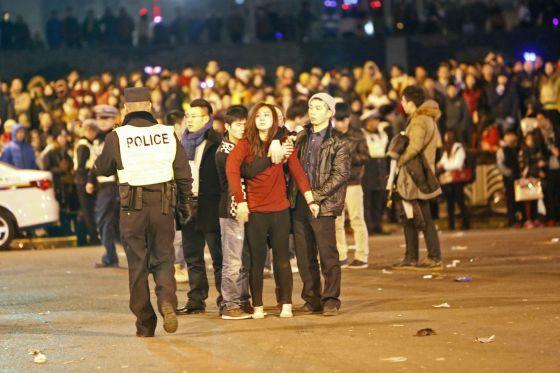 Polícia inspeciona a área onde ocorreu o tumulto.