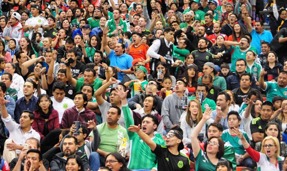 Torcida mexicana no estádio Azteca, em março passado.