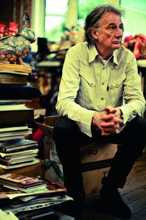 Paul Smith, no caos de seu ateliê, um gabinete com curiosidades, onde se amontoam suas peculiares coleções (de coelhos, câmeras 'vintage', velocímetros, robôs...). /JAMES MOONEY