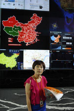 Uma empregada de Alibaba junto à tela que controla as transações