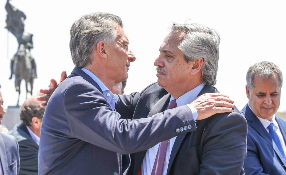 Mauricio Macri e Alberto Fernández se abraçam neste domingo depois de uma homilia na Basílica de Luján.