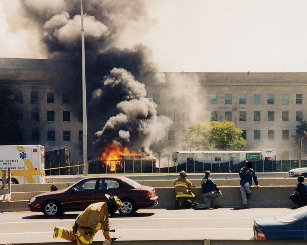 Uma coluna de fogo e fumaça sai da fachada do Pentágono após o impacto de um avião da American Airlines que fazia o voo 77, sequestrado por cinco terroristas sauditas em 11 de setembro de 2001.