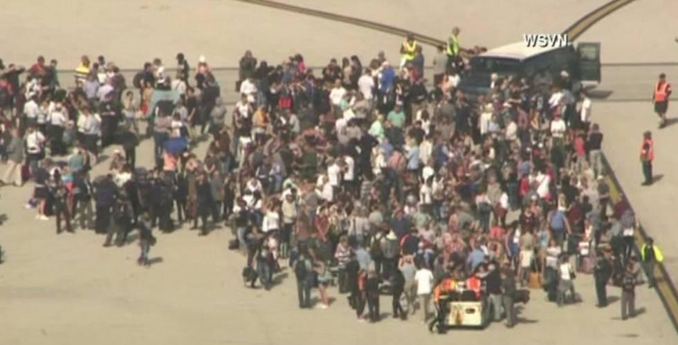 Centenas de passageiros foram evacuados às pistas do aeroporto.