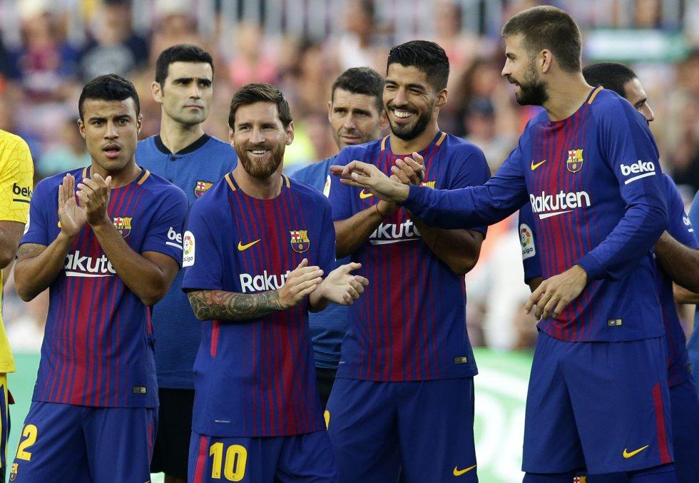 Jogadores do Barcelona aplaudem o time da Chapecoense, pouco antes do amistoso no Camp Nou, nesta segunda-feira. No primeiro plano da imagem: Lionel Messi, Gerard Pique, Luis Suarez.