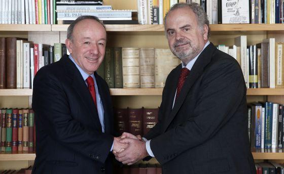 O presidente de honra do grupo PRISA, Ignacio Polanco, à direita saúda o empresário mexicano Roberto Alcántara.