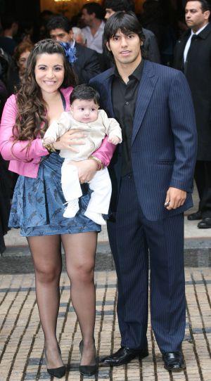 Agüero com Giannina e seu filho, quando eram casados.