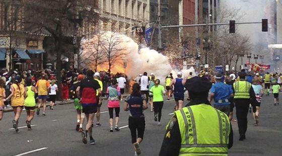 Foto de uma das explosões na linha de chegada da maratona de Boston, em 2013.