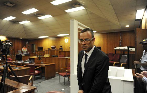 Pistorius, ontem, ao chegar ao julgamento pelo assassinato da namorada.