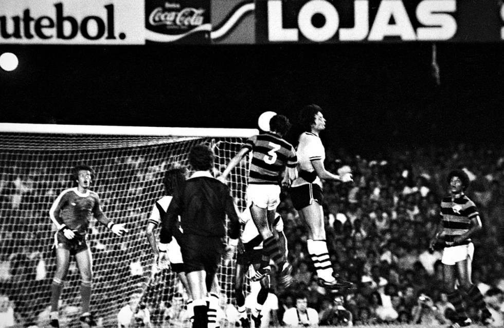 Rondinelli ganha de Abel pelo alto e marca o gol da vitória do Flamengo.