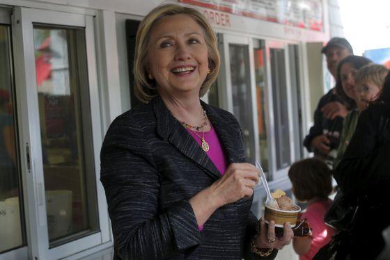 Hillary Clinton toma um sorvete em New Hampshire.