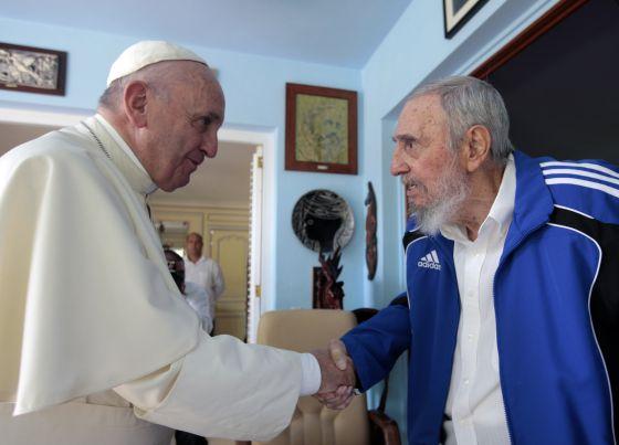 O papa Francisco e Fidel Castro trocam aperto de mãos na casa do ex-presidente cubano em Havana, neste domingo.