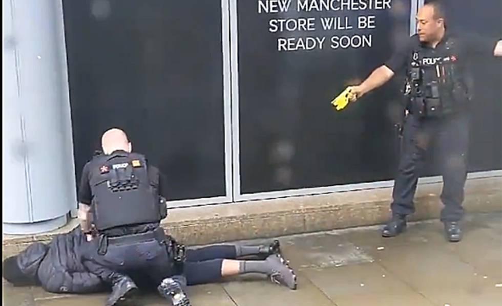 Dois policiais param nesta sexta-feira ao suspeito em Mánchester.
