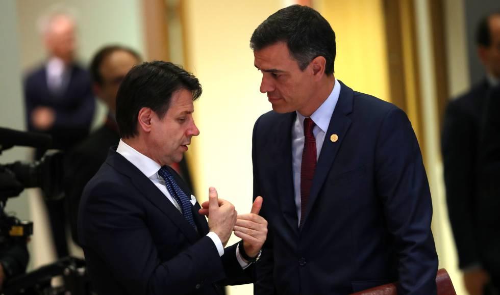 O primeiro-ministro italiano, Giuseppe Conte, conversa com o presidente do Governo espanhol em exercício, Pedro Sánchez, em maio em Bruxelas.