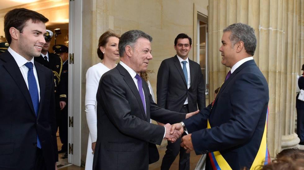 Iván Duque é recebido por Juan Manuel Santos ao chegar ao palácio de Nariño, sede da presidência.