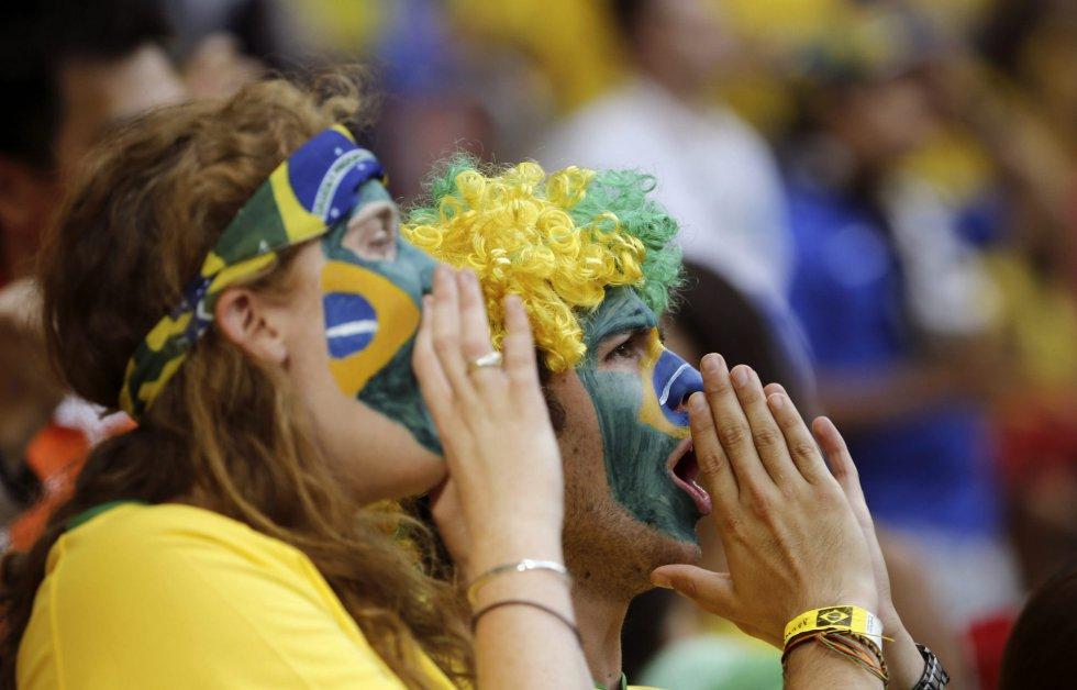 A torcida brasileira apoia seu time no estádio Manuel Garrincha, em Brasília.