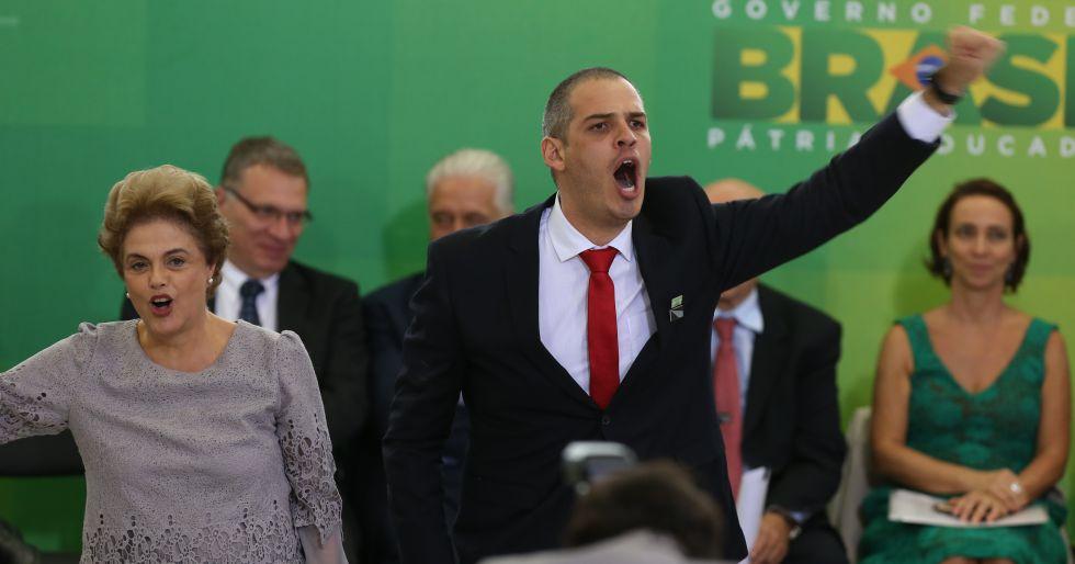 Dilma e militante em ato com juristas no dia 22.