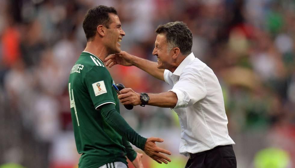 Osorio comemora vitória sobre a Alemanha com Rafa Márquez.