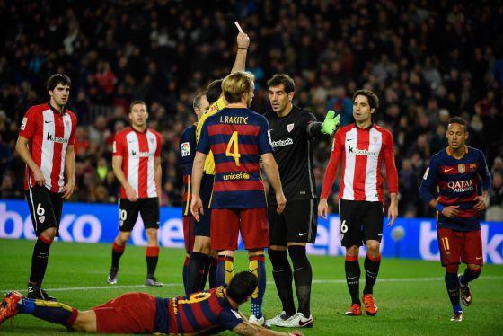 Gorka é expulso depois de provocar um pênalti em Luis Suárez.