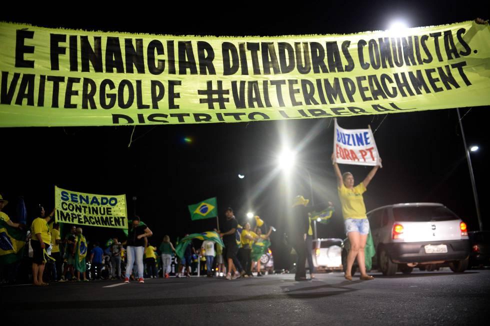 Opositores a Dilma Rousseff manifestam-se nas ruas de Brasília.