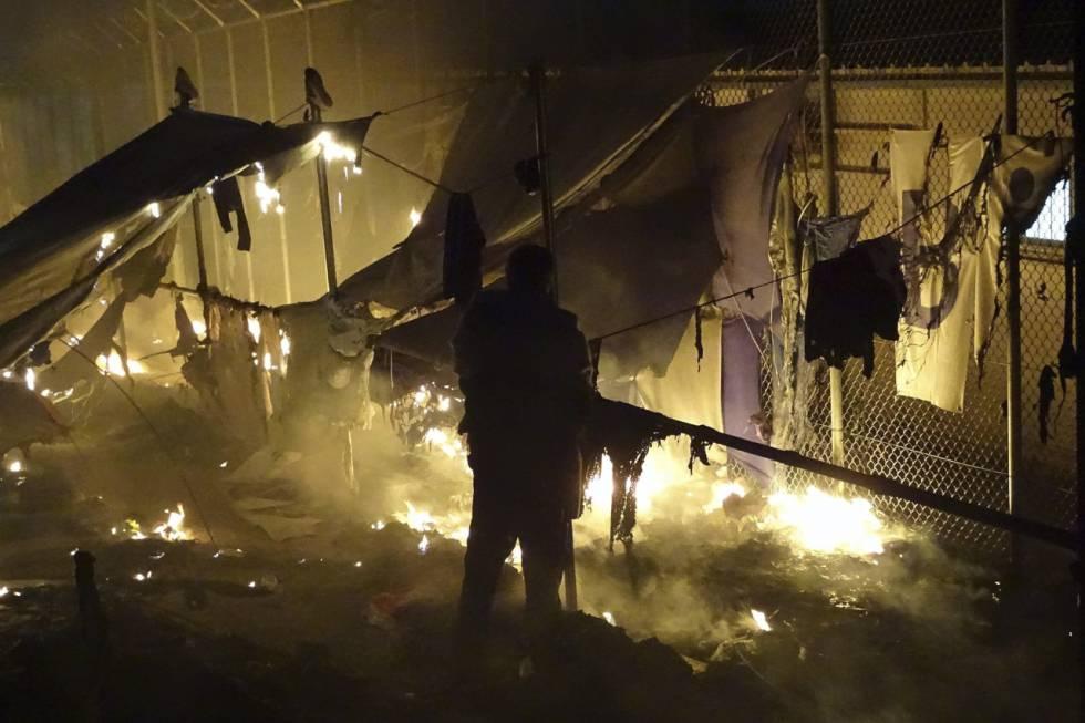 As chamas destroem as barracas no campo de Moria