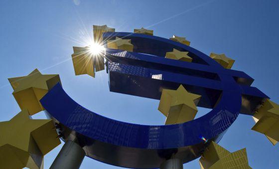Símbolo do euro na entrada do Banco Central Europeu, em Frankfurt.