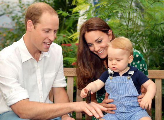 Os duques de Cambridge com o filho, o príncipe George, na foto que distribuíram no início de julho para celebrar o primeiro aniversário dele.