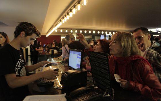 Público compra ingressos no dia da reabertura do Belas Artes, em julho de 2014.