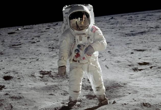 Buzz Aldrin na Lua. No reflexo do capacete é possível ver Stanley Kubrick dando-lhe indic... Não, é brincadeira.