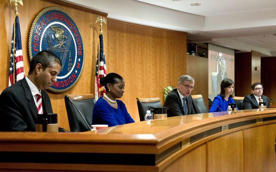 Os comissários da FCC, durante a votação desta quinta-feira.