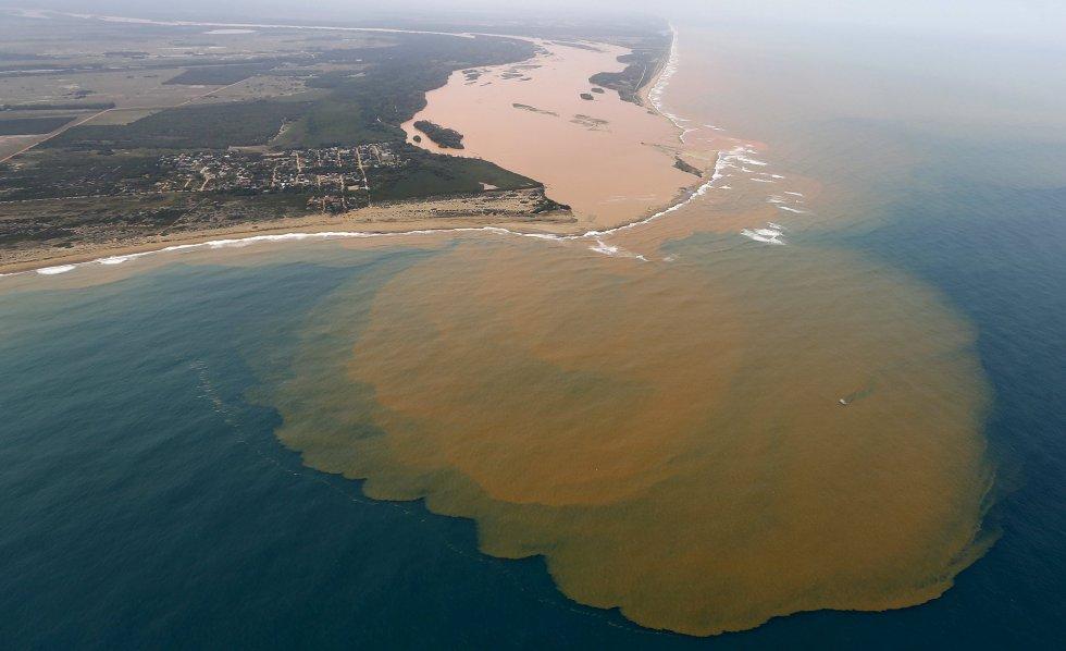 Depois de 17 dias e 700 quilômetros percorridos, a lama liberada pelo rompimento da barragem da mineradora Samarco chegou à foz do Rio Doce, na altura da cidade de Linhares (ES), pela primeira vez no sábado, dia 21/11.