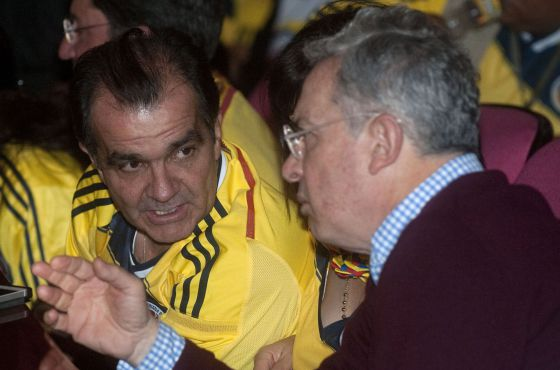 O candidato Zuluaga com o ex-presidente Álvaro Uribe, durante a partida da Colômbia na Copa.